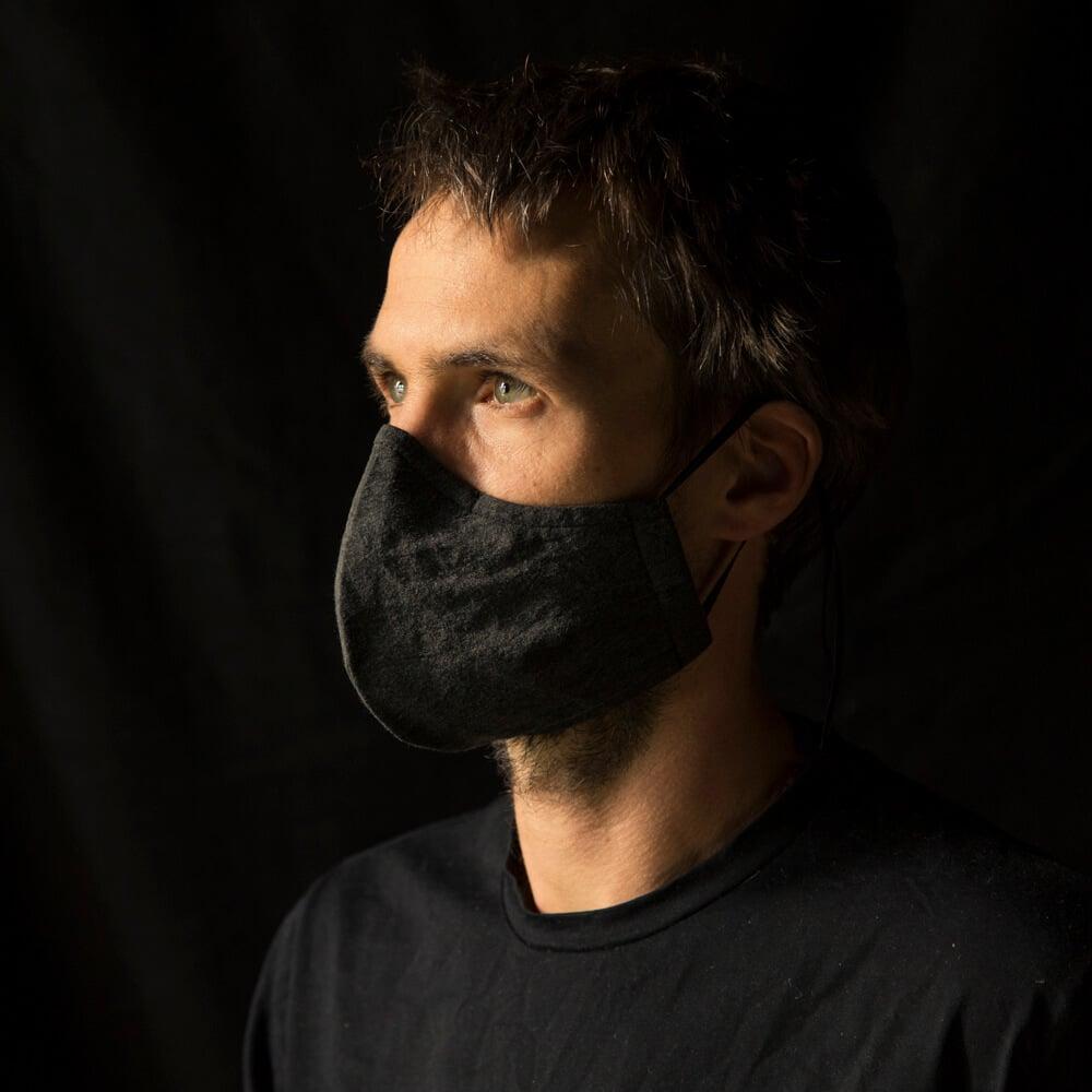 Mundnasenschutz von Jay Matthew Barry in dunkelgrau