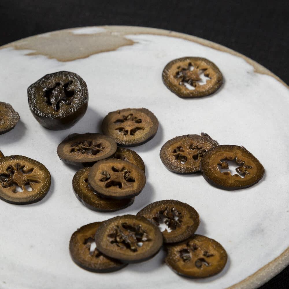 Schwarze Walnüsse auf einem Teller