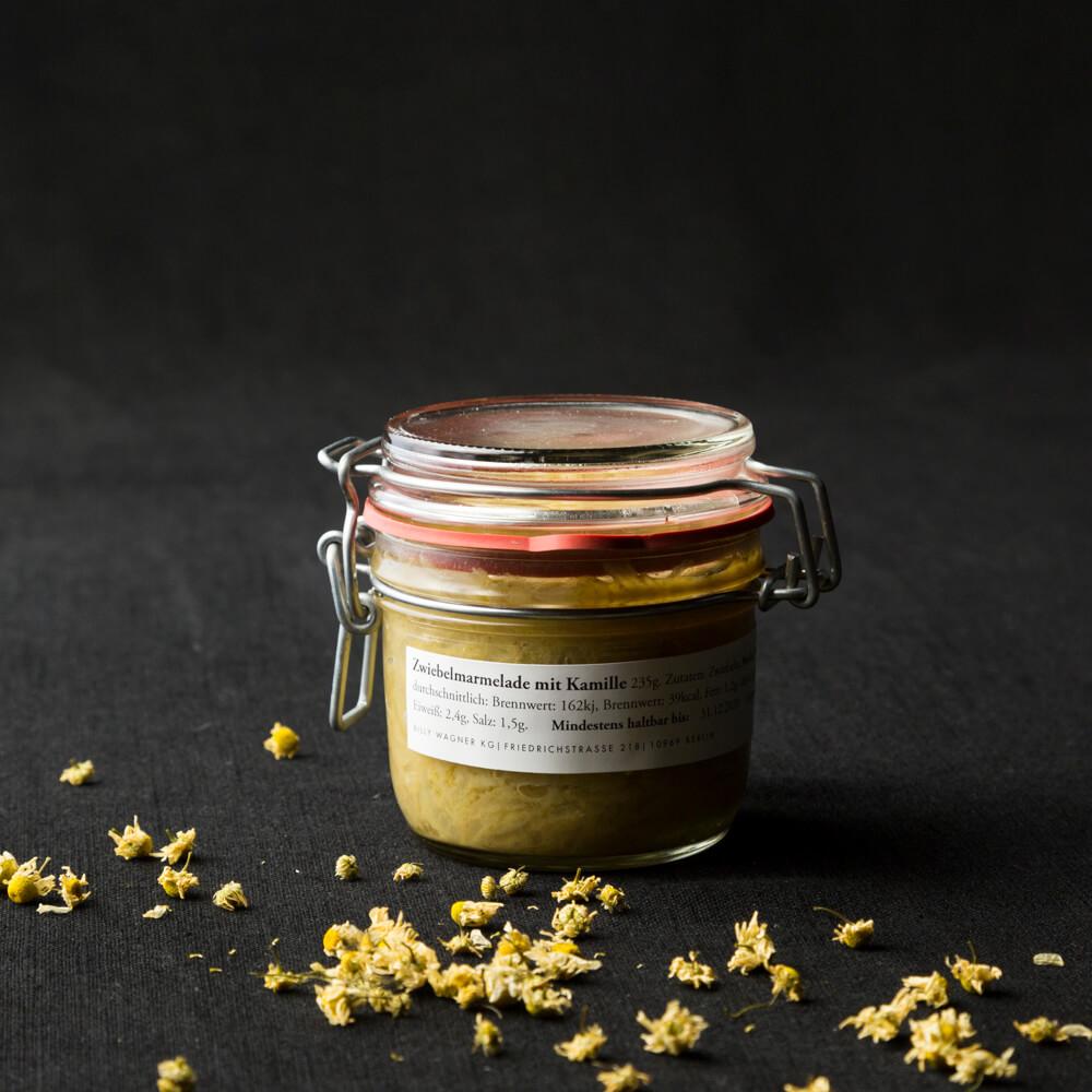 Zwiebelmarmelade mit Kamille im Glas