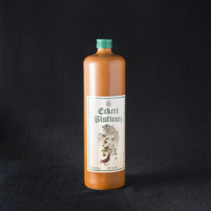 Eckert Blutwurz is a herbal liqueur from a distillery called Brennerei zum Bären and comes in a brown 1 liter clay bottle. Available at our Hausgemachtes online shop.