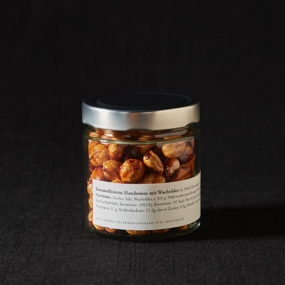 Karamellisierte Haselnüsse mit Wacholder im Glas