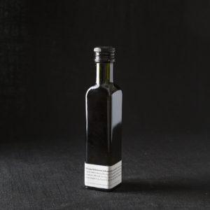 Öl vom schwarzen Johannisbeerstrauch in der Flasche
