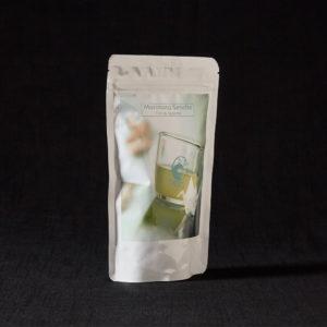 Morimoto Sencha von Cha Camelia ist ein biologischer Grüntee aus Japan der sowohl kalt als auch warm aufgegossen werden kann. 20 Teebeutel a 5 Gramm kommen in einem weißen Beutel. Jetzt im Nobelhart und Schmutzig Hausgemachtes Online Shop kaufen!