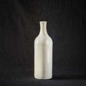 Die original Wasserflaschen aus hellem Ton aus dem Nobelhart & Schmutzig, gestaltet und produziert von MKM Keramik. Jetzt erhältlich für Sie Zuhause!
