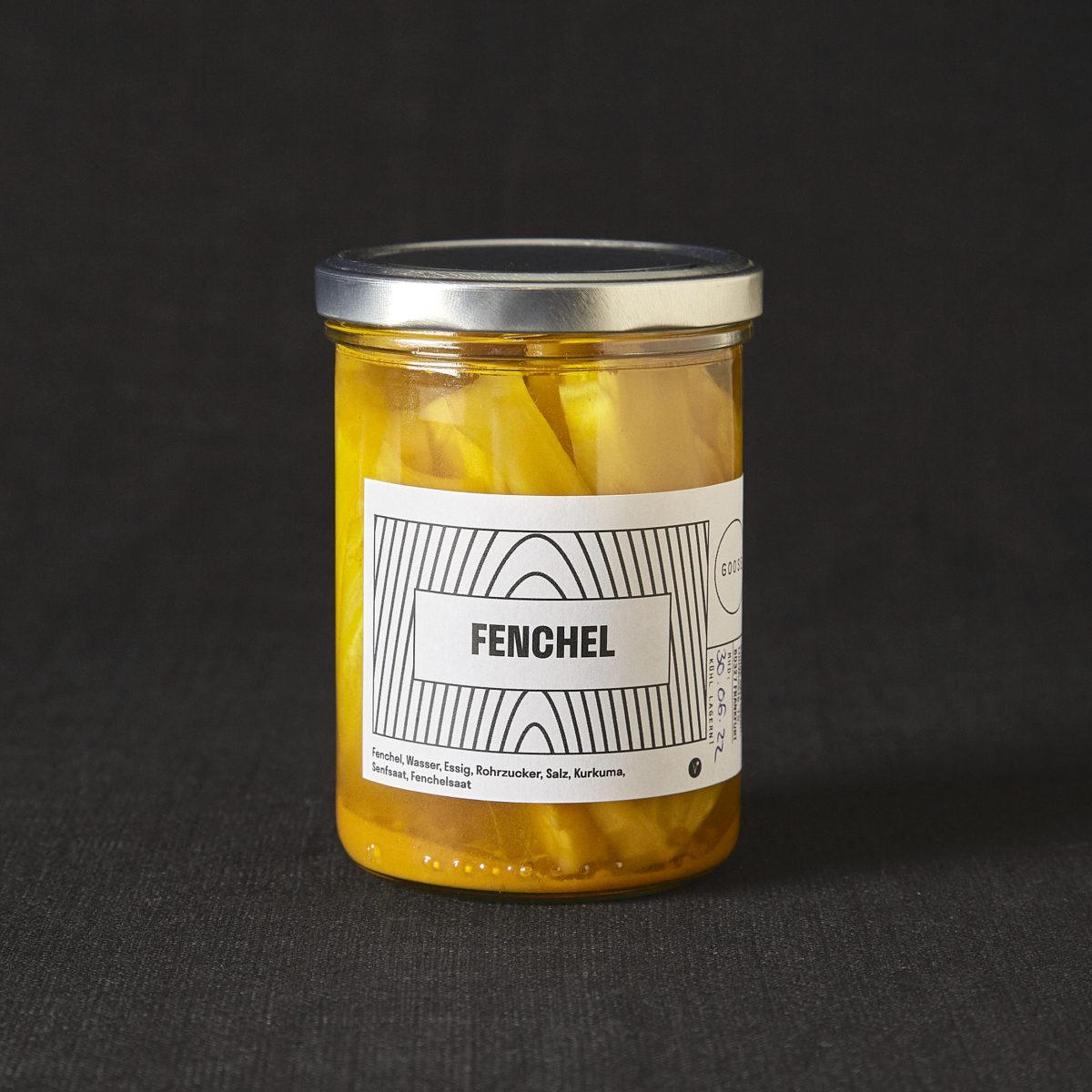 Eingelegter Fenchel mit etwas Kurkuma aus Frankfurt von Goose Gourmet. Die herrlich gelbe Farbe kommt in dem Glas mit silbernem Schraubverschluss wunderschön zur Geltung. Zu kaufen im Hausgemachtes Online Shop vom Nobelhart und Schmutzig.